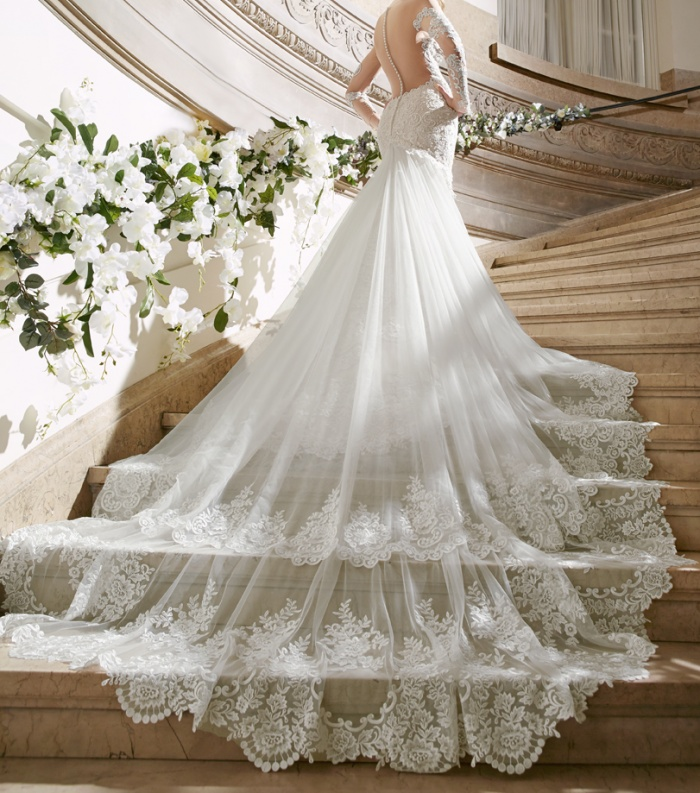 Wedding dress trains which style is right for you for Wedding dresses with royal length train